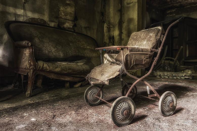 The pram - Ergens in een verlaten huisje staat dit toch prachtig kinderwagentje te verkommeren...