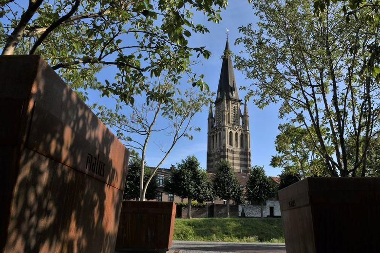 Sittard - De stadswal van het historische centrum van Sittard vanaf de Schootsvelden, met de Grote Kerk &quot;de Sint-Petrus Kerk&quot;.<br /> <br />