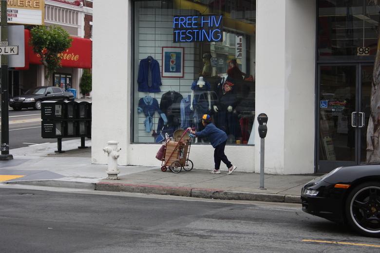Contrast - Dakloos + Porsche - Deze foto is gemaakt in San Francisco.<br /> Op deze foto zie je het contrast tussen mensen, Dakloos en iemand die een