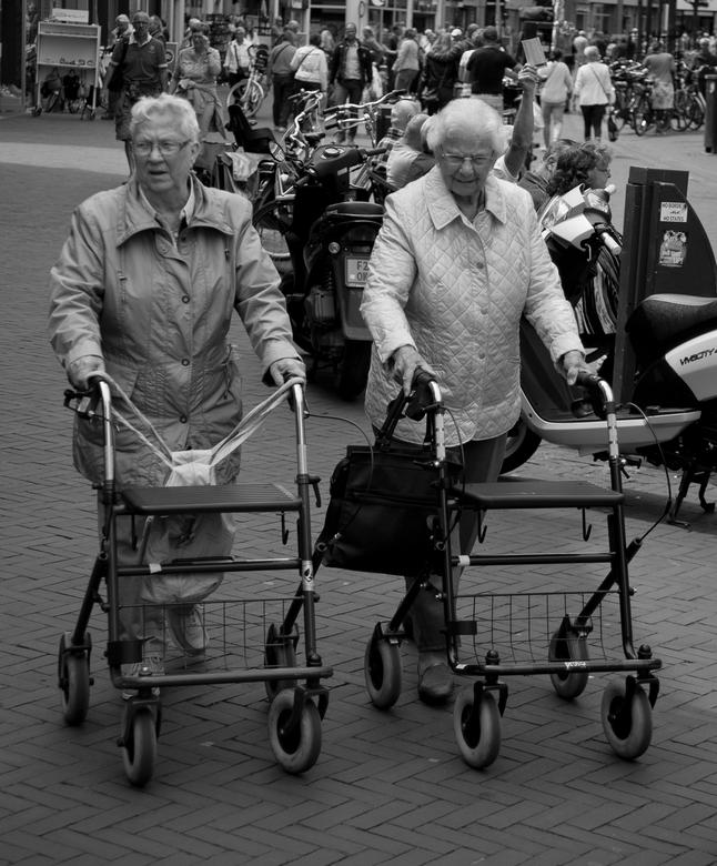 Twee dames - In een van de winkelstraten in Middelburg.