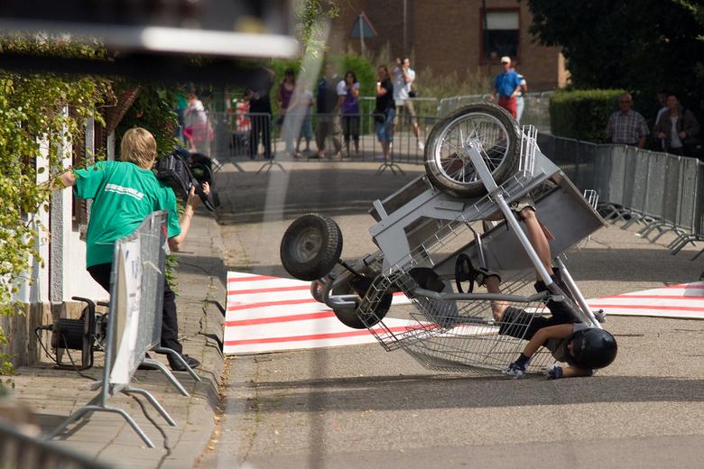 Crash tijdens zeepkistenrace - Een cameraman van RegioActueel.nl kan nog net wegduiken als een zeepkist over de kop gaat.