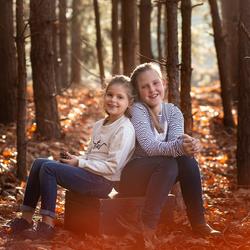zusjes in de herfst