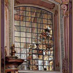 In de kerk is een spiegelraam