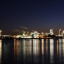 Dupont Dordrecht bij nacht.