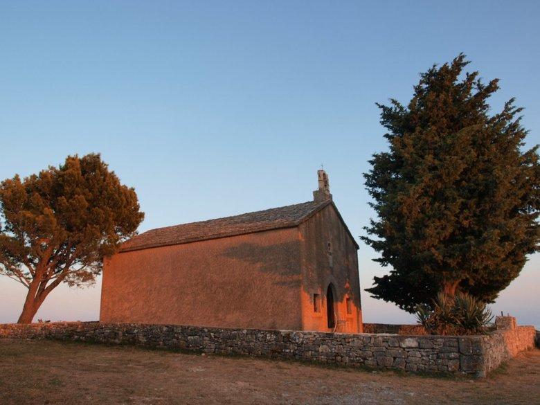 Kerkje in avondzon