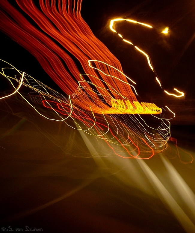 Spelen met licht - Foto genomen vanuit de auto in het donker, op de stand 'night scenery'. Ik heb de camera expres bewogen in een bepaald pa