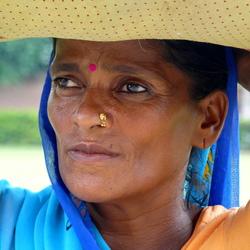 India portret vrouw met hoofdlast