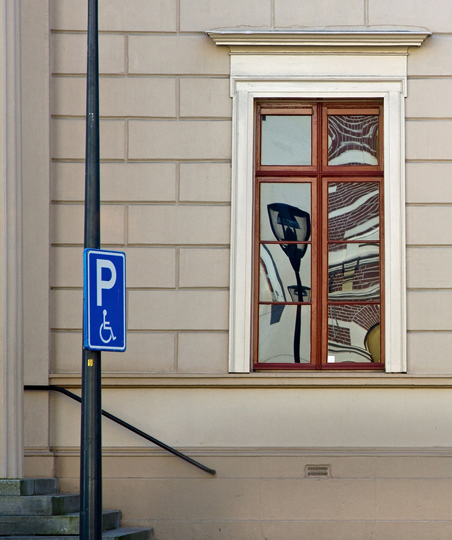 De Fundatie 3 - Het raamkozijn is niet helemaal recht en komt denk ik omdat deze foto door het raam van het cafe aan de overkant is gemaakt.