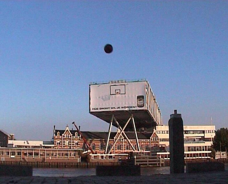 Haalt ie 't? - Trickshot basketball. De vraag is: gaat iet er in of niet.