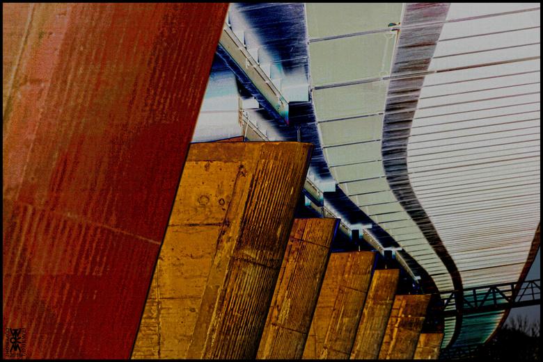 Zuilen van Licht - Betonnen pijlers van een spoorviaduct over de IJssel bij Zwolle staan te baden in het allerlaatste zonlicht.<br /> <br /> Het zon