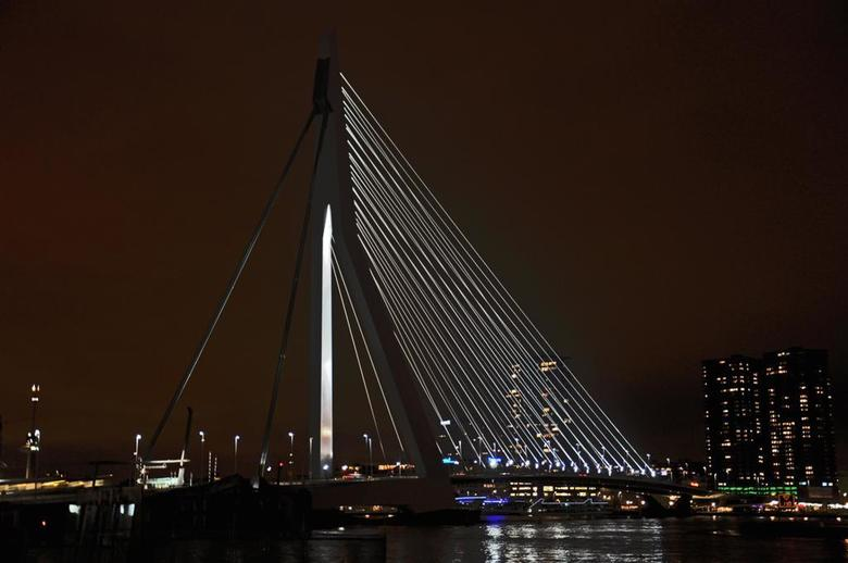 Erasmusbrug by night - Zo even uit de losse pols tijdens een bezoekje in Rotterdam genomen.