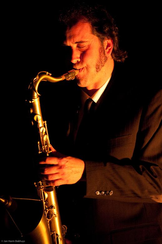 Saxofonist - Optreden in het Paard van Troje op vrijdag 9 april 2010<br /> Lens Canon 70-200 mm L IS USM<br /> Iso 3200, 1/100 F4 bij 127mm