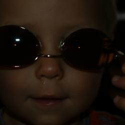 Kleinzoon met zonnebril.