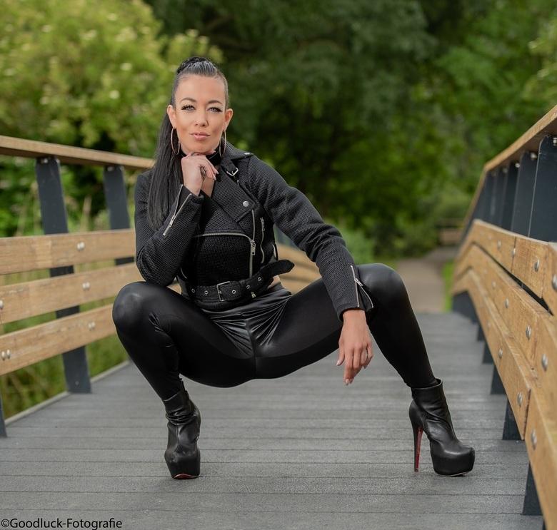 Om the Bridge - Nog een van model Miriam