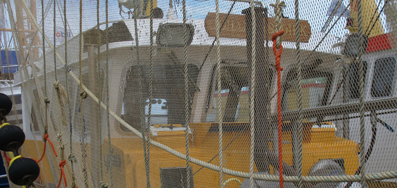Lauwersoog - visnetten - Vissersboot met netten in de haven van Lauwersoog.<br /> Visnetten en vissersboten (groot en klein) blijven me inspireren.