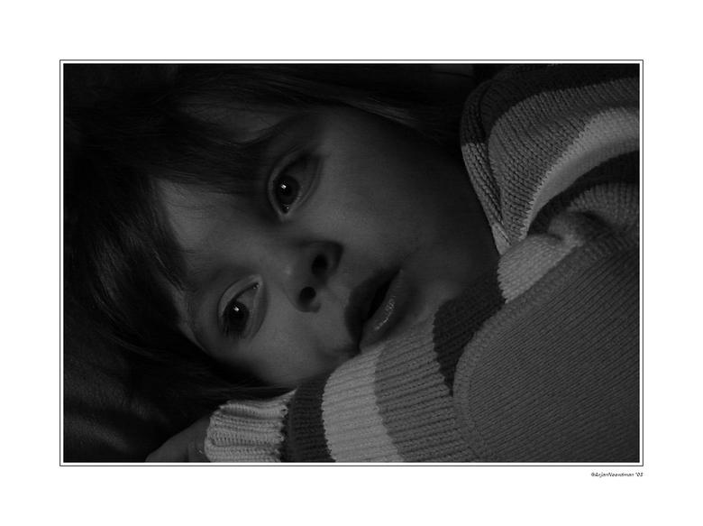 Eigen wereld - M'n nichtje Annemarie liggend op de bank naar de tv kijkend. Helemaal in haar eigen wereld. Alleen daglicht gebruikt. Misschien wa