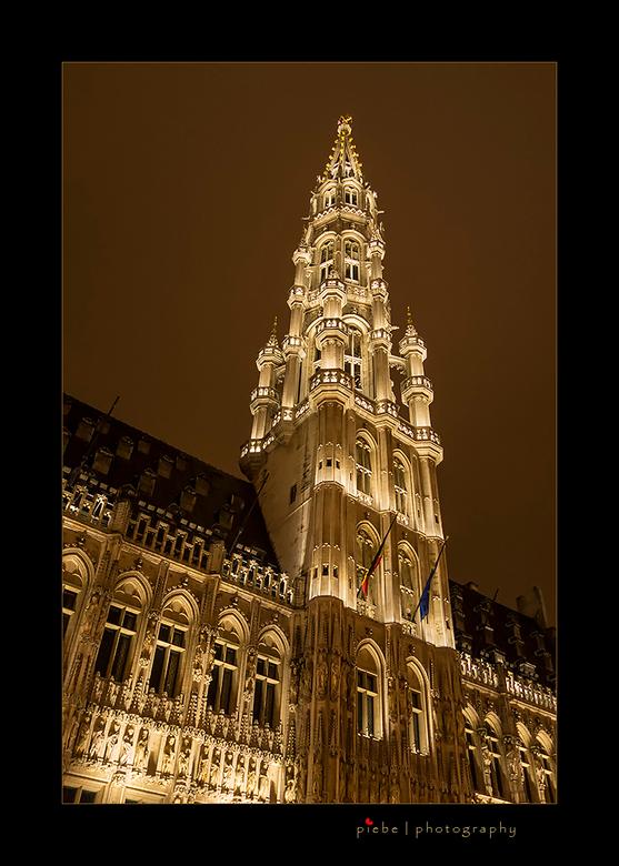 Stadhuis op de Grote Markt in Brussel - Op de Grote Markt in Brussel staan prachtige gebouwen, zo ook het stadhuis. Hier is de toren van het stadhuis