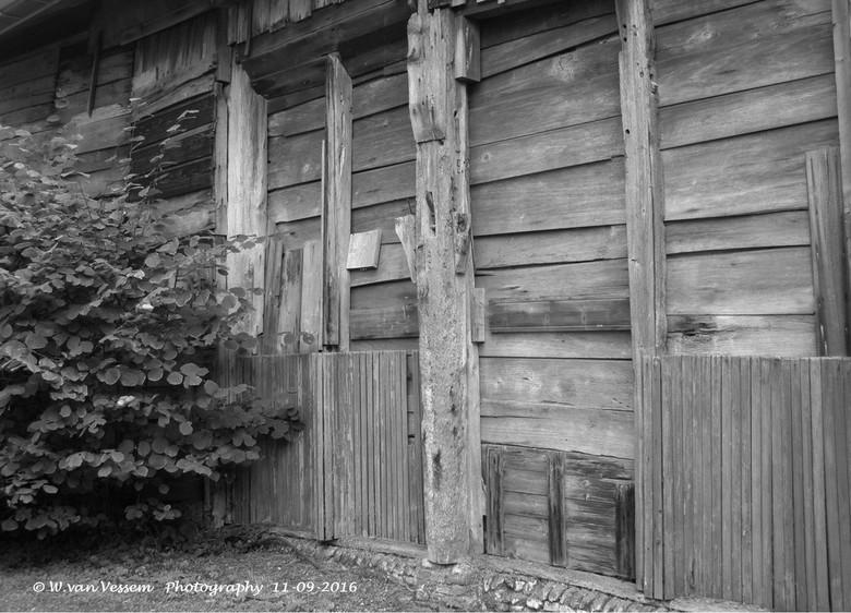 Buitenzijde schuur van het Mastboom Museum - Planken, verdroogd, hout, staanders, schuur<br /> in de tuin van het Mastboom Museum.