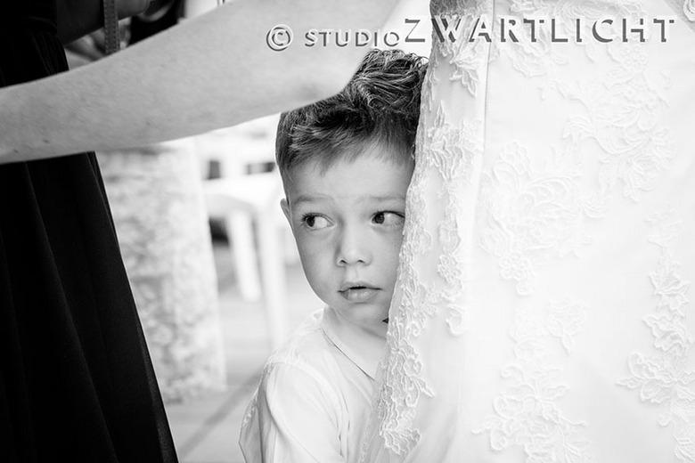 Spannend, zo'n huwelijk ;) - Tijdens het huwelijk van zijn ouders zocht dit jongetje de veiligheid van zijn moeder op.