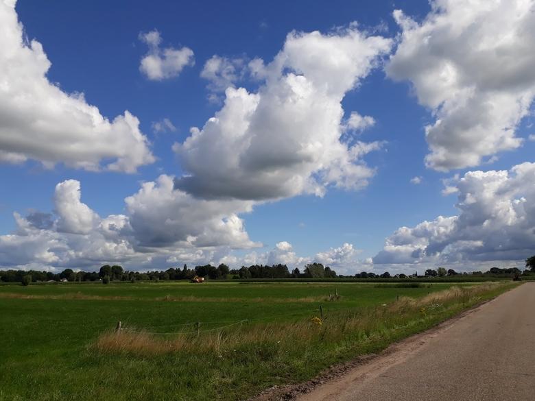 Hollandse luchten. - Gemaakt tijdens een fiets naar Deventer.