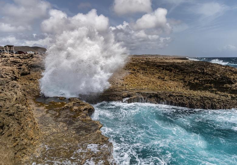 Waves against rocks - Prachtig om te zien hoe de golven tegen de rotsen slaan