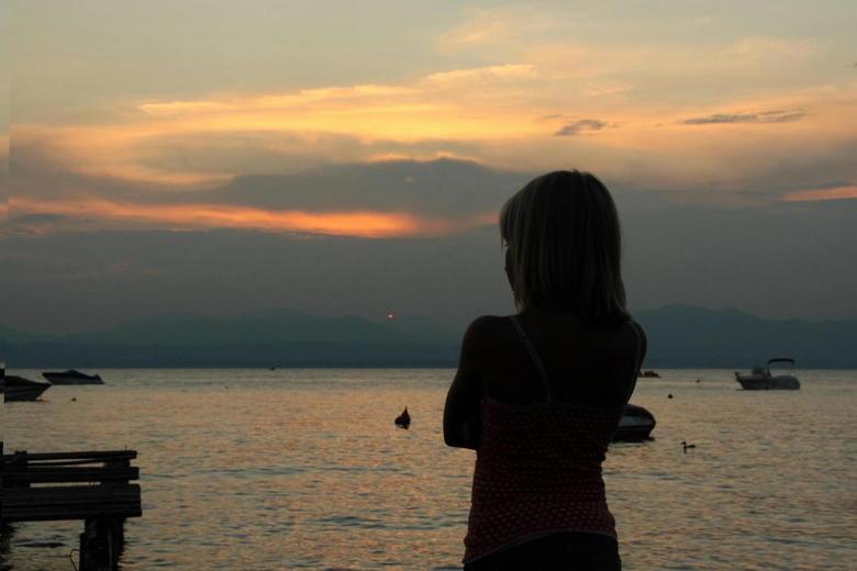 Zonsondergang aan het Gardameer - Marit droomt even weg tijdens een zonsondergang aan het Gardameer.