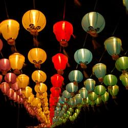 Lampionnen in de nacht