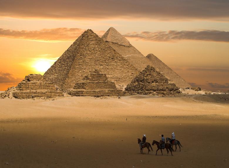 De grote pyramides van Gizeh - Fot van de grote pyramides op het plateau van Gizeh net buiten Cairo in Egypte. Ik heb de lucht vervangen door een zons