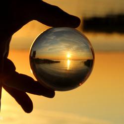Zonsondergang gevangen in de bol.