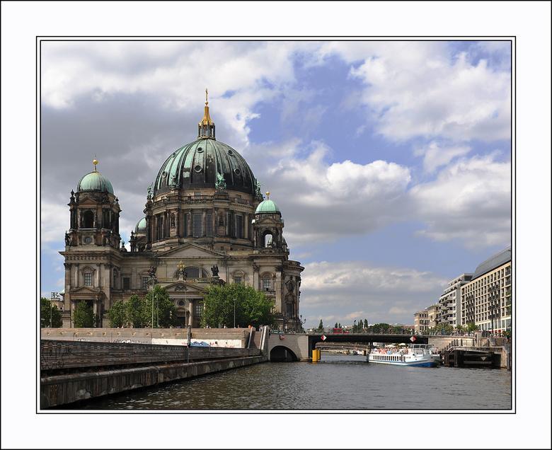 Berlijn 41 - We blijven nog even rondvaren op de Spree. Hier zie je de Berliner Dom vanaf het water............gr Gerard<br /> www.gerardjonkman.nl