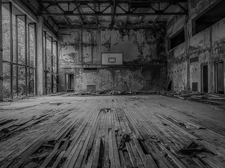 Welcome to the Space Jam - Een verlaten, door de tijd aangevreten sportzaal.