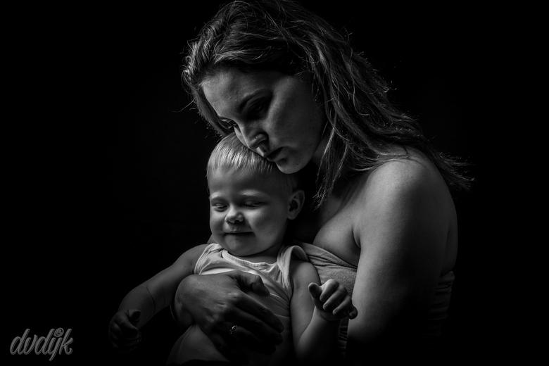 """Moeders liefde - Deze foto heb ik gemaakt in mijn thuisstudio. Één van de eerste pogingen """"lowkey"""""""