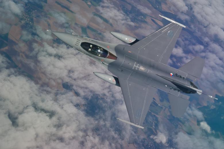 F-16 - Onderweg van Volkel naar Gran Canaria dook deze F-16 onder onze (K)DC-10 weg. Het plexiglazen ruitje levert helaas vertekeningen en onscherpte