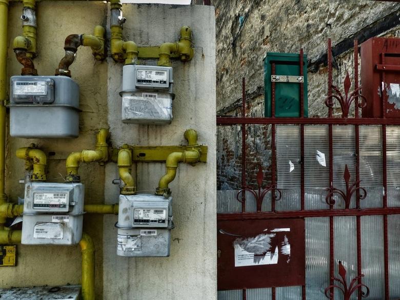 Boekarest - Alle gas en elektriciteitsmeters zijn hier  buiten geplaatst. Veelal grote groepen bij elkaar