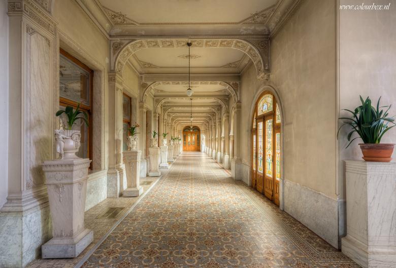 Eindeloze gangen - Prachtige eindeloze gangen met veel details en mooie lichtval.