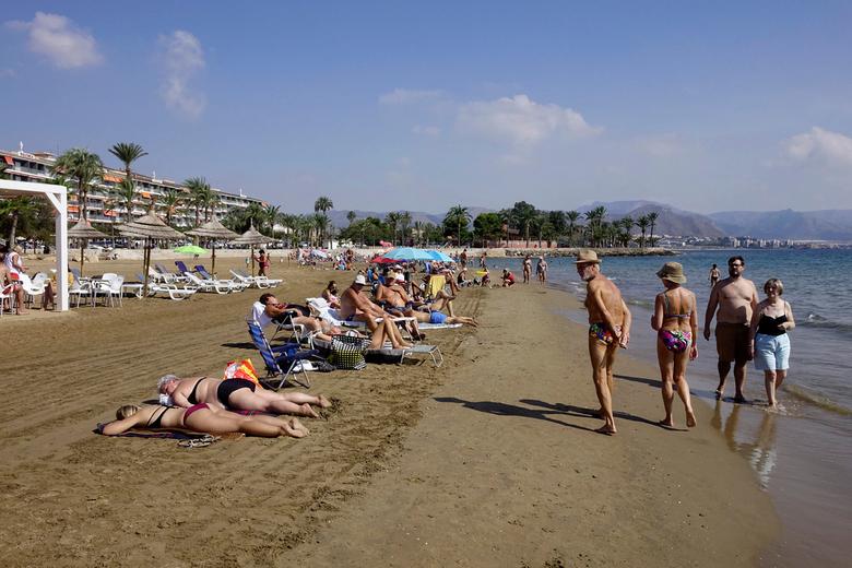 Strand - Vrijdag was hier een feestdag en op het strand ook wel goed te zien. Ik heb het heel druk op dit moment dus kom met moeite aan Zoom toe. gr.