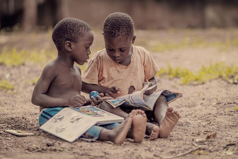 Bookworms - Twee jongetjes die een boek aan het lezen zijn. (Floja Foundation)