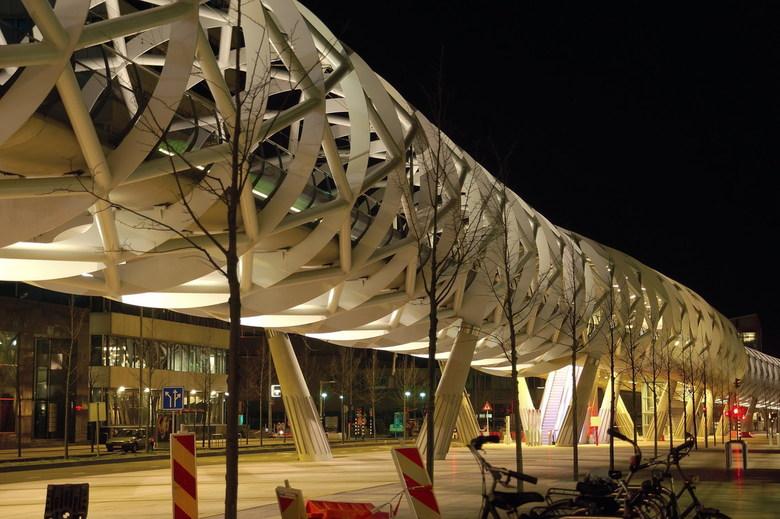Netkous - Het Beatrixkwartier in Den Haag heeft een metamorfose ondergaan. Tegenwoordig rijdt Randstadrail door de futuristische Netkous.