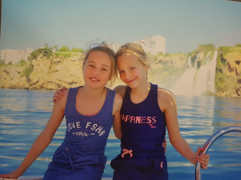 Meisjes op de boot - 2 lieve zusjes tijdens een vaartocht in Antalya, Turkije.