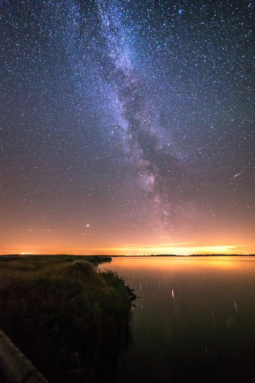 Shooting stars - Op mijn vertrouwde stek, bij het beeld van de zee arend aan het Lauwersmeer een vallende ster in beeld.