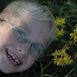 Edwin bij de bloemen