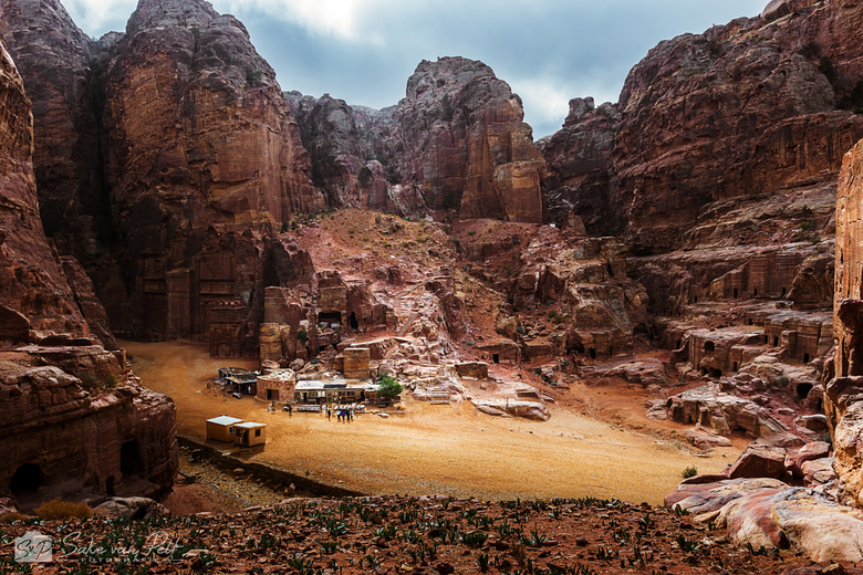 Street of Facades - The Street of Facades in Petra, Jordanië. We hadden erg veel mazzel met het weer! Niet dat we kou, regen en wind nou zo leuk vinde