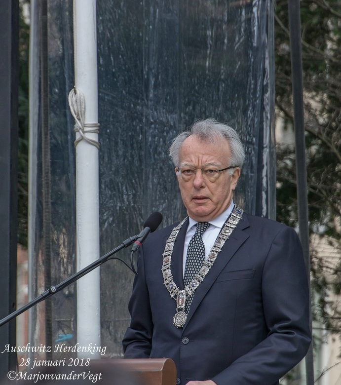 Jozias bij herdenking Auschwitz - De tijdelijke burgemeester Jozias van Aartsen sprak de mensen toe bij de herdenking bij 't Auschwitz monument i