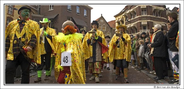 Karnaval Roermond - Een kleurrijke optocht trok maandag 23 februari door de binnenstad van Roermond. Rijen dik stonden de mensen langs de kant om dit