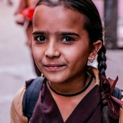 Schoolgaand meisje