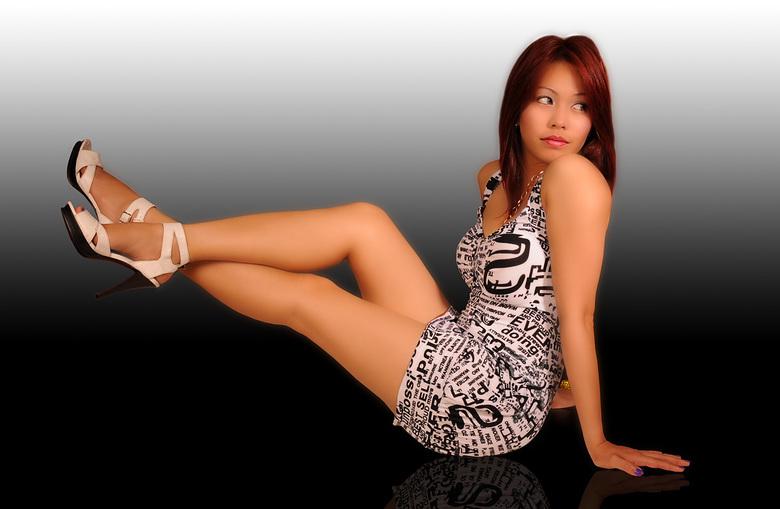 Kiosque - Deze foto heb ik in juli 2010 gemaakt van de Filipijnse Kiosque.  <br /> Ze leunde met haar linkervoet op een stoel, want anders was deze p