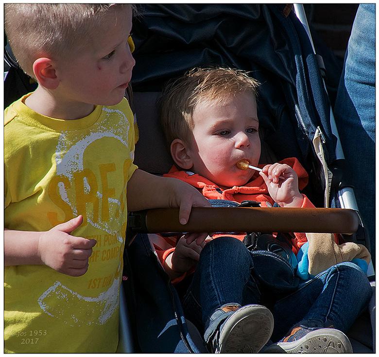 Karnaval in Hasselt 3 - Kleine broer proeft de snoepjes en grote broer kijkt al uit naar de volgende.