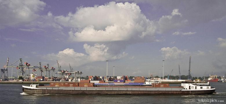 Rotterdamse haven v2 - Na commentaar heb ik de foto iets bewerkt zodat het wat spannender wordt.