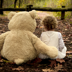Grote meid met nog grotere beer