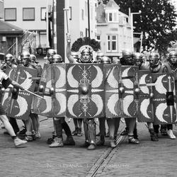 Daar komen de Romeinen.